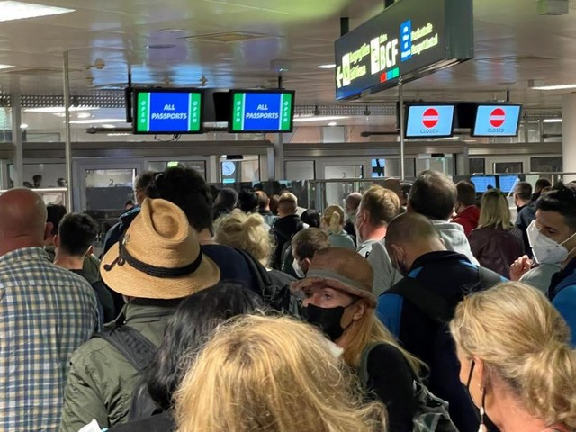 Ankunft ohne Abstand: Großes Gedränge am Flughafen Wien