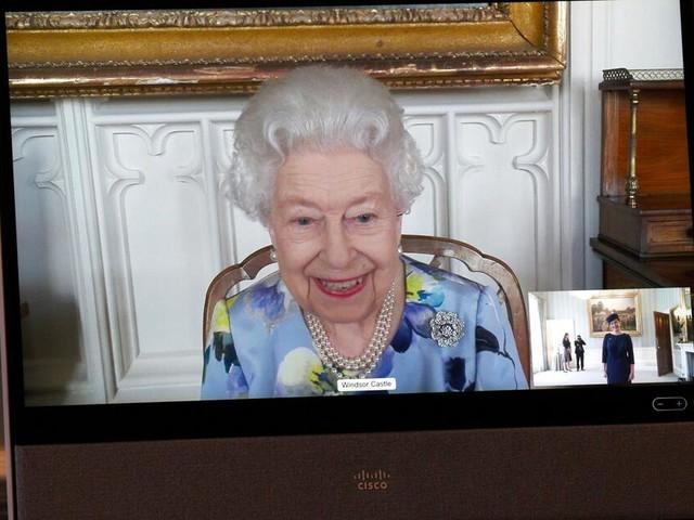 Queen zeigt sich bei erstem Termin nach Trauerphase in farbenfrohem Kleid