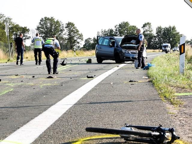 Im Kreis Wesel - Tödlicher Unfall vor den Augen der Angehörigen: Radlerin und Biker sterben