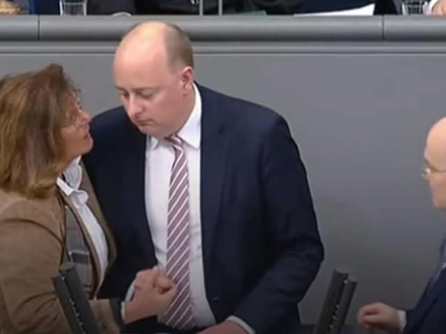 """Notfälle im Bundestag: Linke-Abgeordnete bricht""""Tabu"""" - und verweist auf Merkel und Wagenknecht"""