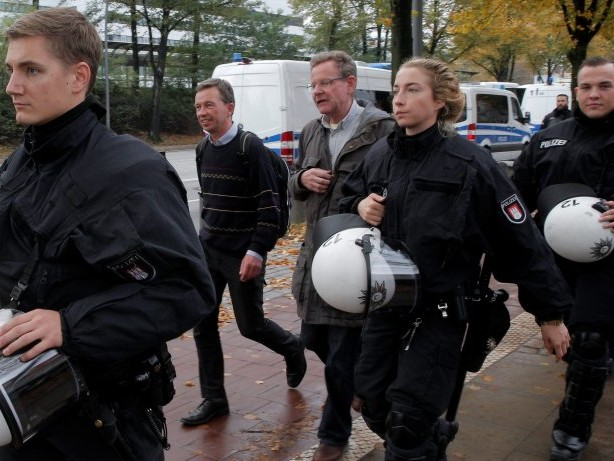 Vorlesung verhindert: Nach Tumulten: Bernd Lucke verlässt Uni unter Polizeischutz
