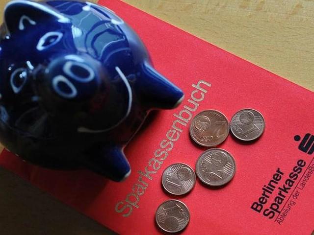 Noch auf Jahre niedrige Zinsen - Sparkonto, Kredit, Autokauf: Was Sie jetzt mit Ihrem Geld machen sollten