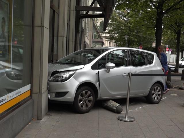 Essen: Seniorin kracht mit Auto in Bankfiliale – Gas und Bremse verwechselt