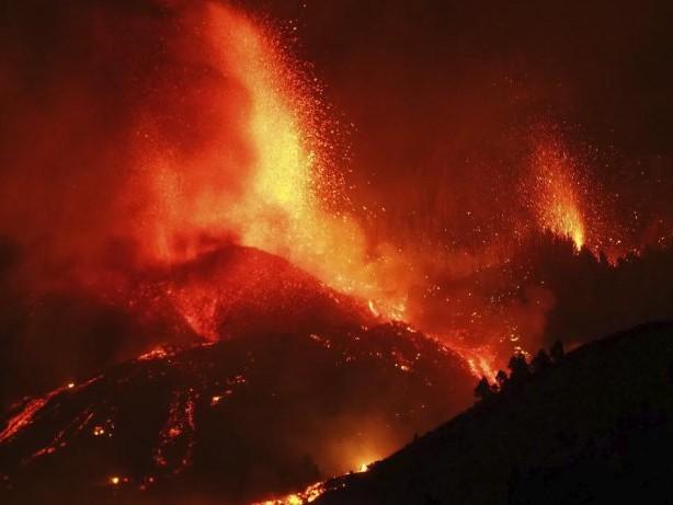 Naturkatastrophe: Kanaren: Vulkan ausgebrochen - Lava zerstört Häuser