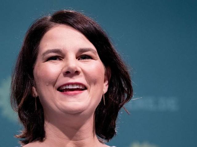 Annalena Baerbock (Grüne): Sie regiert – er passt auf die Kinder auf