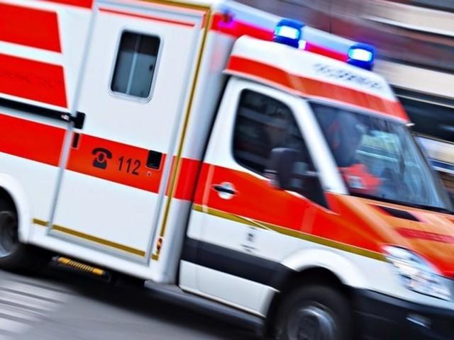 Unbekannte lösen Radmuttern an Krankenwagen