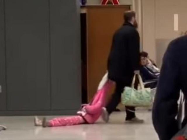 Kontroverses Video: Mann zieht Tochter an Kapuze durch Flughafen
