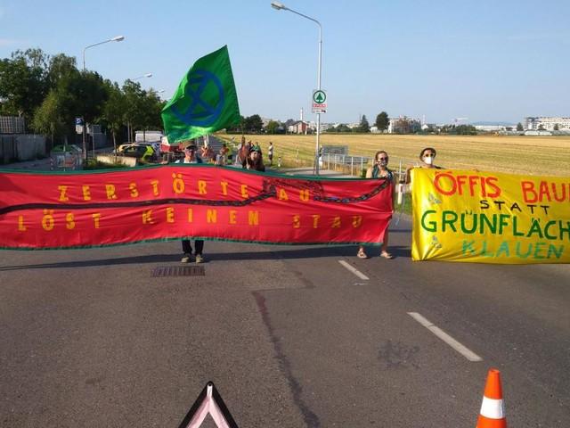 Stadtstraßen-Bau: Umwelt-Aktivisten blockieren Hausfeldstraße