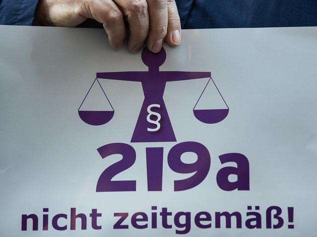 Kommentar zum Streit um §219a: Eine Abtreibung ist kein Verbrechen
