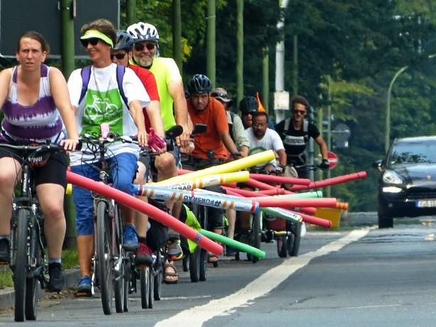 Radfahrern in Duisburg: Anderthalb Meter Mindestabstand müssen sein