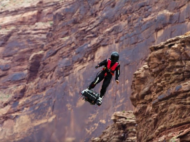 Flyboard: Frankreich demonstriert fliegende Hoverboard-Soldaten (Video)