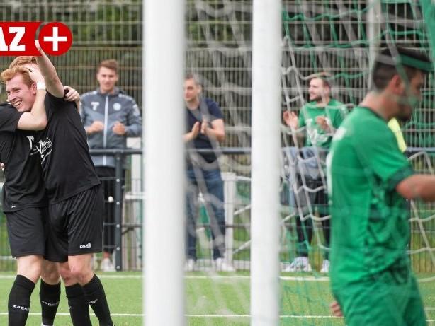 Fußball: Viktoria Buchholz bejubelt den Sieg im Duisburger Derby