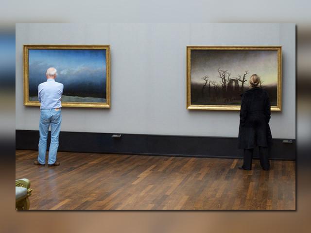 Fotograf wartet im Museum auf Menschen, die wie die ausgestellten Gemälde aussehen