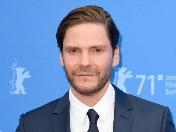 """Premiere auf der Berlinale: Daniel Brühl: Mit """"Nebenan"""" feiert er sein Regiedebüt"""