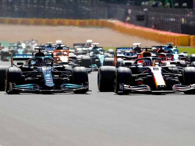 Hamilton schießt Verstappen ab! Highspeed-Crash des WM-Führenden