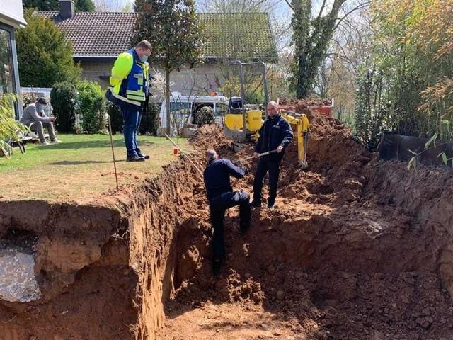 Granatenfund in Bonn-Oberkassel: Grundstücksbesitzer findet Granate bei Baggerarbeiten im Garten
