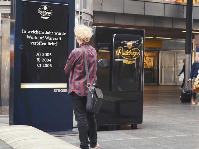 Unterhaltsame Bier-Überraschung für Bahnhofsbesucher in Berlin