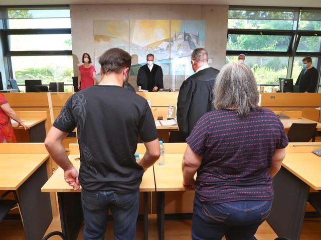 Demenzkranker verhungert: Ehefrau und Sohn vor Gericht