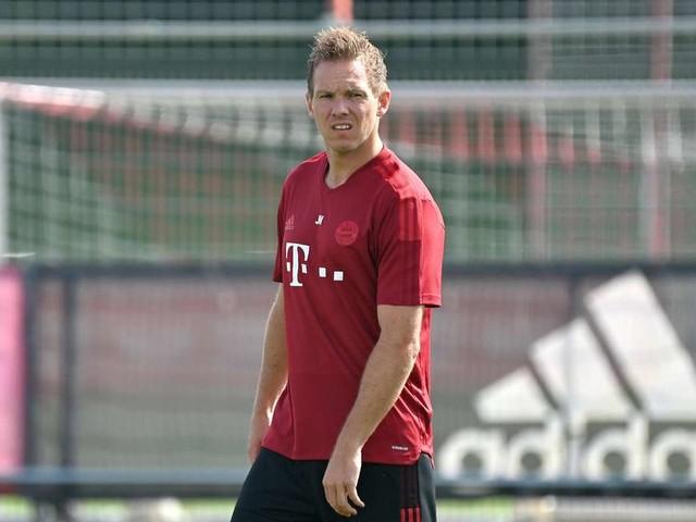 Verletzungs-Schreck beim FC Bayern: Zwei Profis im Montags-Training mit Golfcart abtransportiert