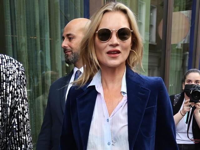 Kate Moss ist der Beweis, dass Bootcut-Jeans wieder im Trend liegen