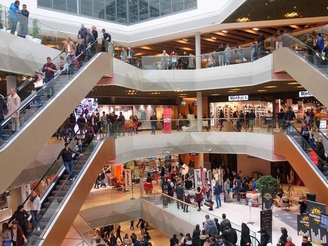 Mall of Switzerland eröffnet mit 150.000 Besuchern und Verkehrschaos