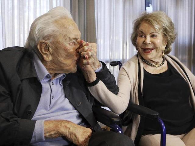 Anne Douglas: Witwe von Kirk Douglas mit 102Jahren gestorben