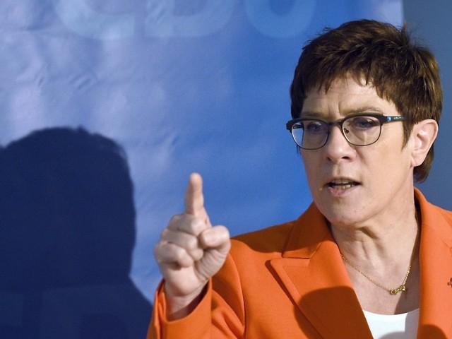 Debatte um Drohungen: AKK findet Politiker-Bewaffnung falsch