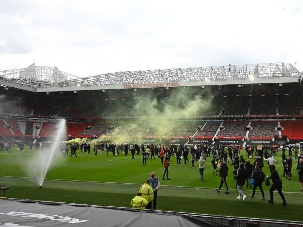 Premier League: Manchester United: Fans stürmen aus Protest den Platz