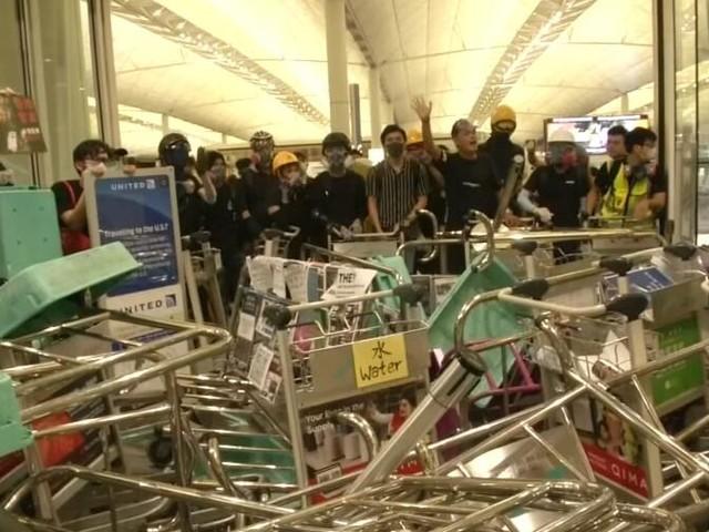 Zusammenstöße zwischen Polizei und Demonstranten an Hongkonger Flughafen