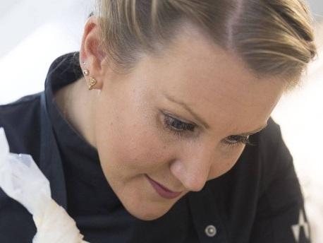 Julia Komp ist Deutschlands jüngste Sterneköchin und kocht im Schloss Loersfeld