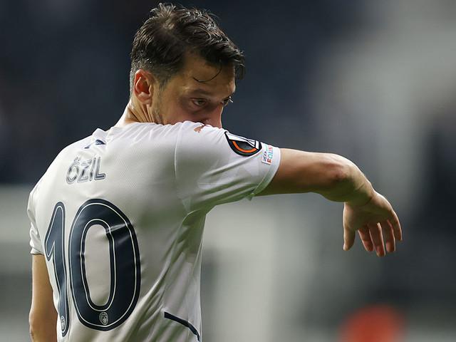 Europa League: Özil nach Auswechslung stinksauer