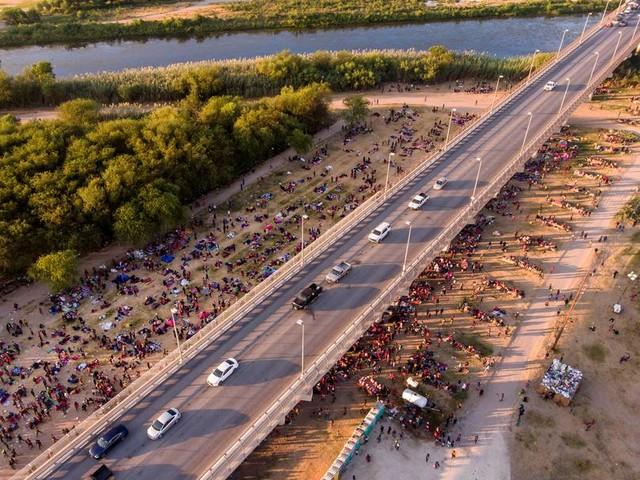 Tausende Schutzsuchende warten unter Brücke in Texas
