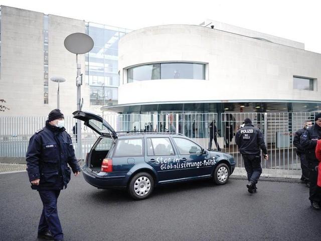 Fahrer festgenommen: Auto mit wirrer Protest-Botschaft rammt Tor des Kanzleramts
