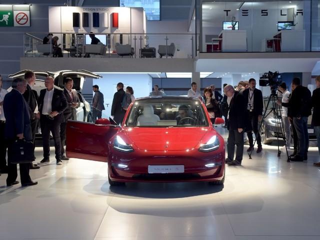 Börsen unter Druck, Tesla auf Klettertour: Warum Tesla trotz Kursrutsch an den Börsen zum Rekordhoch eilt