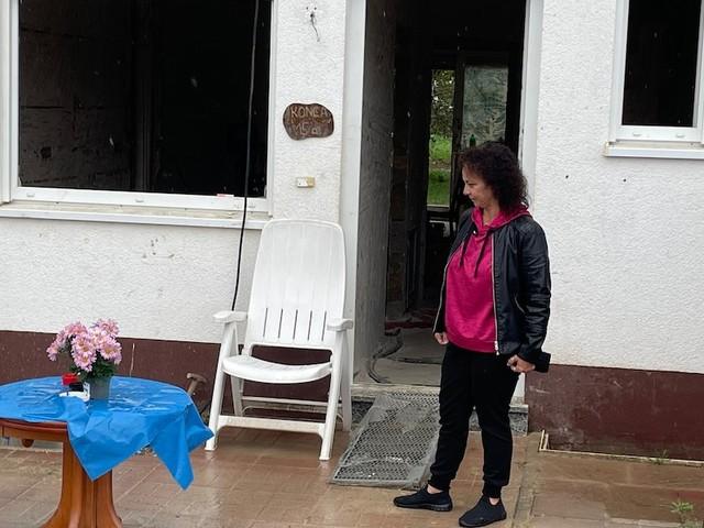Wiederaufbau nicht bezahlbar - Verzweifelt erzählt Flut-Opfer Oya, dass sie ohne staatliche Hilfe ihr Haus verliert