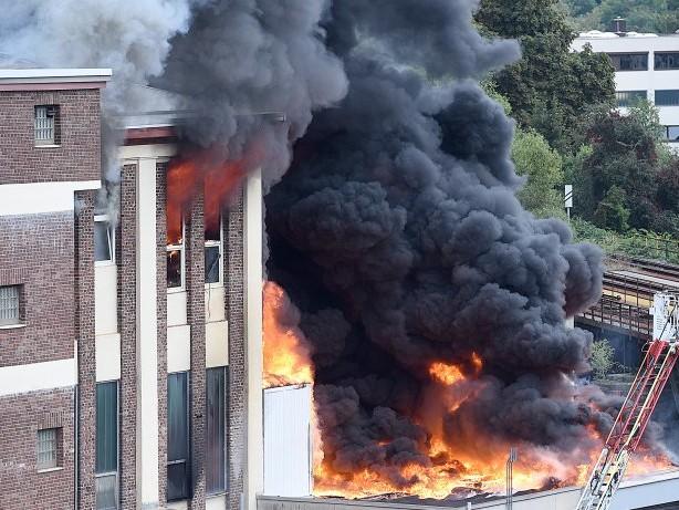 Feuerwehr: Fotostrecke: Produktionshalle in Hagen Eilpe in Flammen
