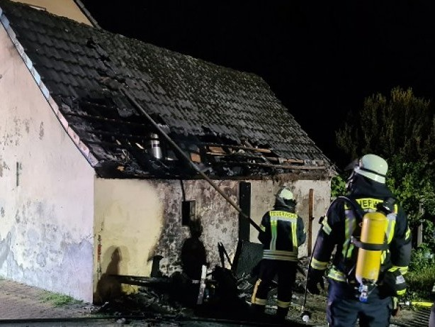 Feuerwehr: Hüten: Mülltonnenbrand greift auf Schuppen über