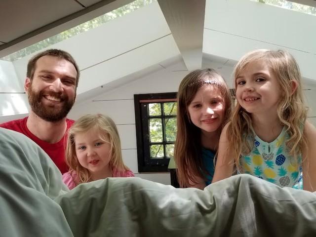 Ein Vater hält die lustigsten Gespräche mit seinen Töchtern fest