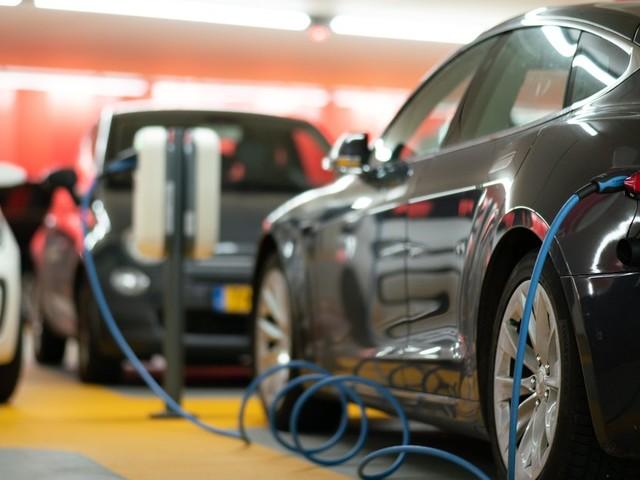 Tesla, VW und Co.: E-Auto-Fahrer beweisen, dass der größte Nachteil keiner ist