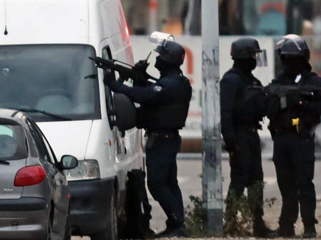 Anti-Terror-Kräfte durchkämmen Stadtviertel