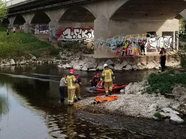 Einsatz bei Sankt Augustin und Siegburg: Feuerwehr rettet drei Jugendliche von Insel auf der Sieg