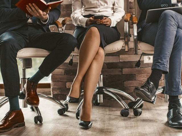 Körpersprache: Warum schlagen wir unsere Beine übereinander?