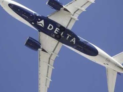 Ein Mann droht auf einem Linienflug, das Flugzeug zum Absturz zu bringen; Besatzungsmitglieder und Passagiere überwältigen ihn.