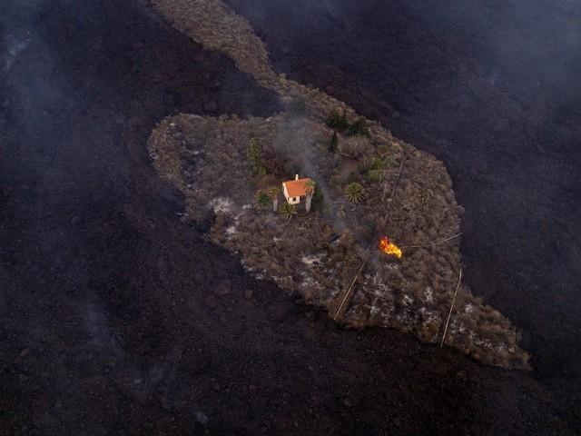 """Vulkan-Ausbruch auf den Kanaren: Das """"Wunder-Haus"""" von La Palma bleibt trotz Lavastrom einfach stehen"""