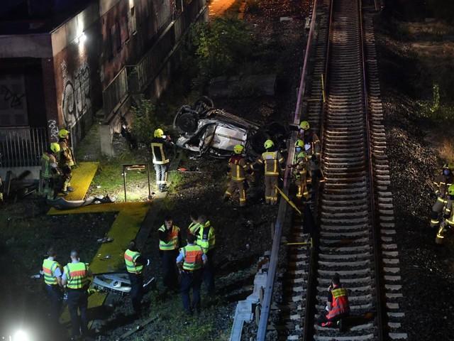 Berlin: Pkw stürzt von A100-Brücke auf S-Bahn-Gleise in Charlottenburg