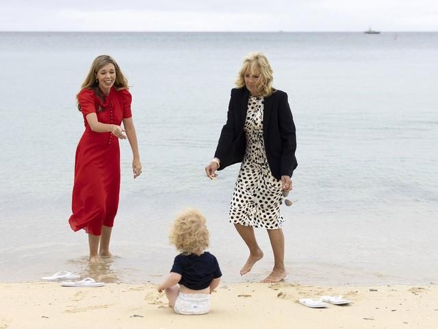 G7-Gipfel in Cornwall: Krabbelgruppe am Strand: Carrie Johnson und Jill Biden bespaßen Sohn von Boris Johnson