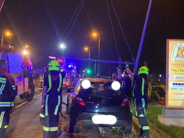 Feuerwehrmann am Weg in Einsatzzentrale befreite Unfallopfer