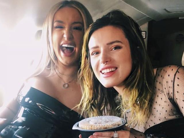 Bella Thorne feierte Geburtstag mit Ex und ihren zwei Neuen