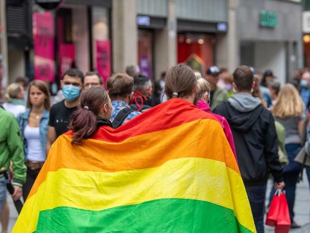 Nach UEFA-Eklat: Unternehmen zeigen Regenbogenflagge