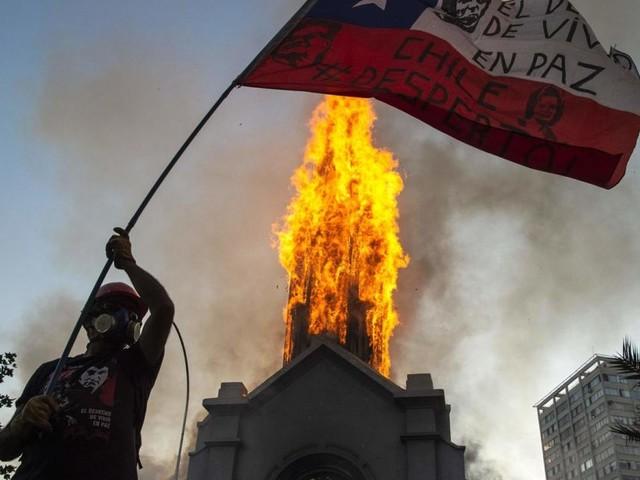 Jahrestag der Sozialproteste in Chile: Kirchen gehen in Flammen auf
